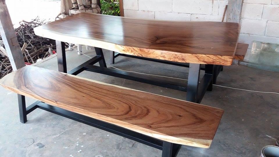 meja kayu termbesi